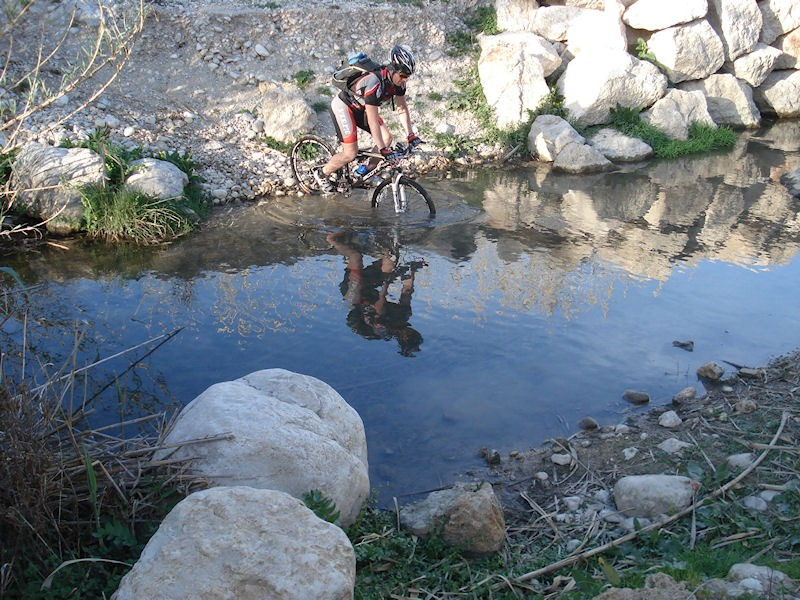 Mountainbiker steekt het water over
