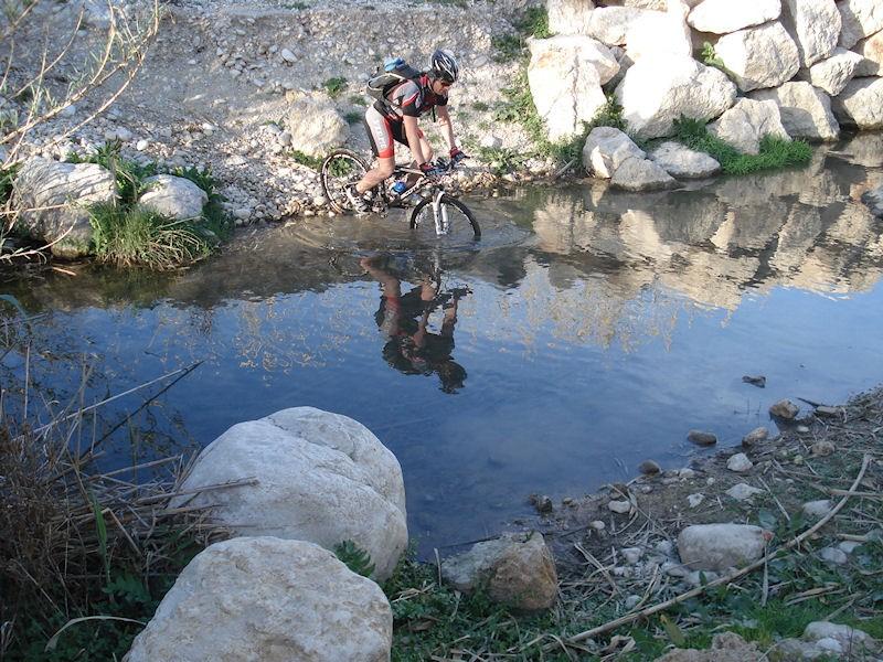 Mountainbiker steekt het water over